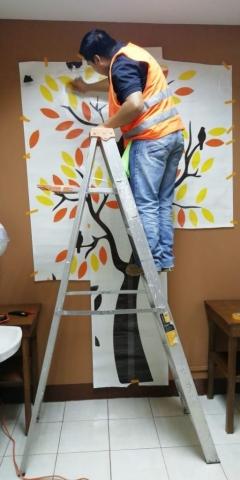 instalador colocando vinilo decorativo guatemala