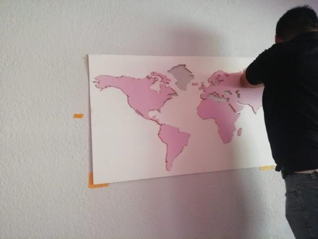 mapamundi en relieve - instalacion en habitacion guatemala