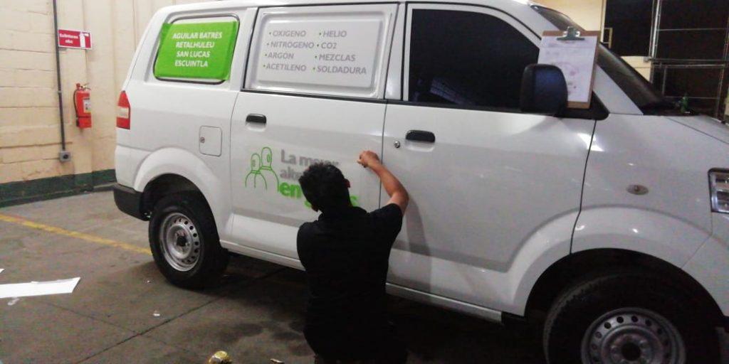 instalando rotulacion en vehiculo guatemala
