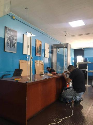Instalacion barrea de acrílico embajada americana -Guatemala